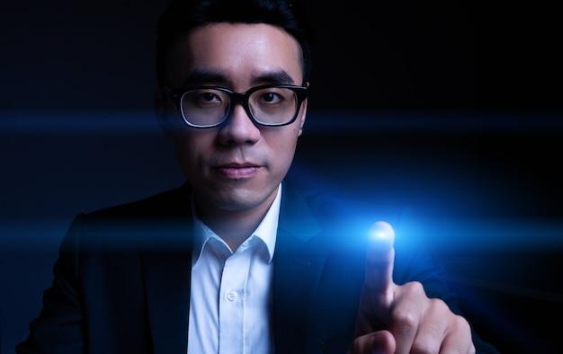 Przycięty portret azjatyckiego biznesmena dotykającego aureoli