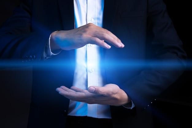 Przycięty portret azjatyckiego biznesmena owijającego aureolę dwiema rękami