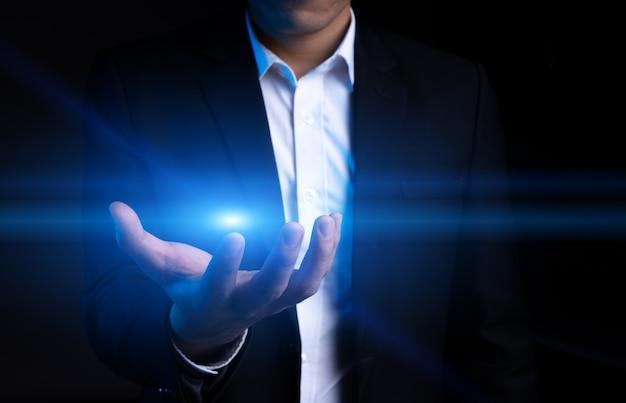 Przycięty portret azjatyckiego biznesmena wyciągającego rękę po aureolę