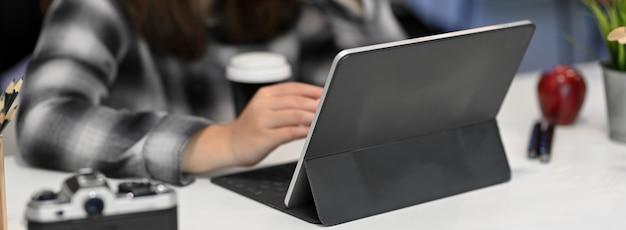 Przycięty strzał żeński projektant graficzny pracuje na cyfrowej tablecie