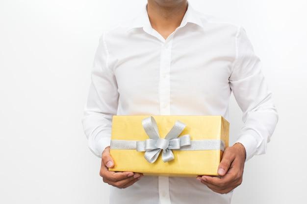 Przycięty widok człowieka posiadającego żółte pudełko