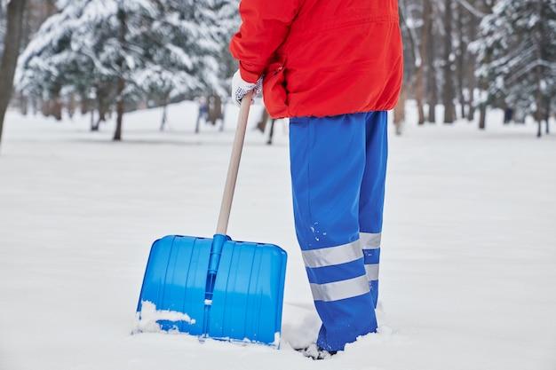 Przycięty widok męskiego woźnego w trakcie pracy w zimie