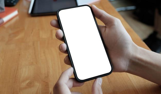 Przycięty widok młodej kobiety trzymającej smartfon z pustym ekranem