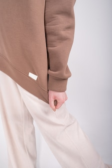 Przycięty widok podstawowej odzieży damskiej. minimalistyczna szafa damska w kolorze białym i beżowym. zakupy bez odpadów.