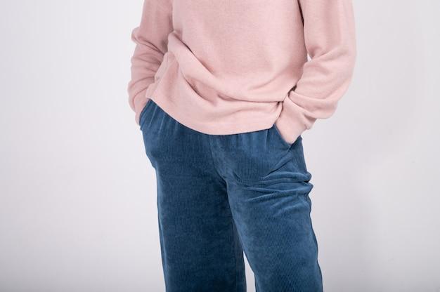 Przycięty widok podstawowej odzieży damskiej. minimalistyczna szafa damska w kolorze niebieskim i beżowym. zakupy bez odpadów.