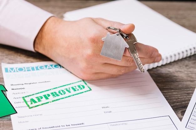 Przycinaj człowieka, dając nowy klucz do domu