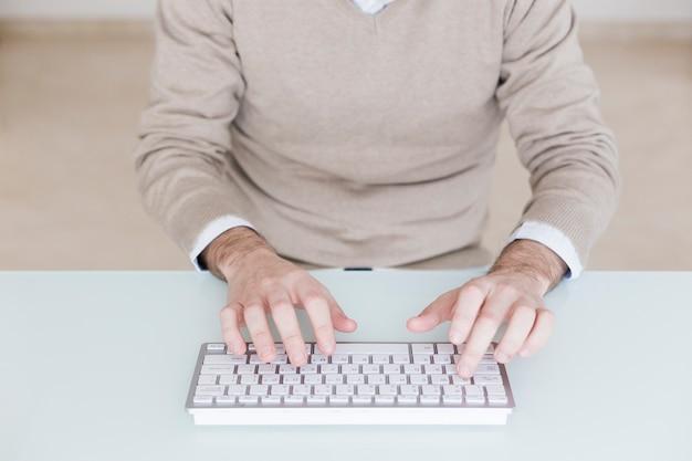 Przycinaj człowieka za pomocą klawiatury komputera