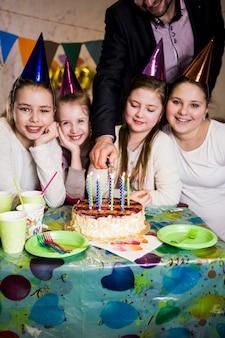 Przycinaj ludzi zapalających świece w pobliżu dziewczyn