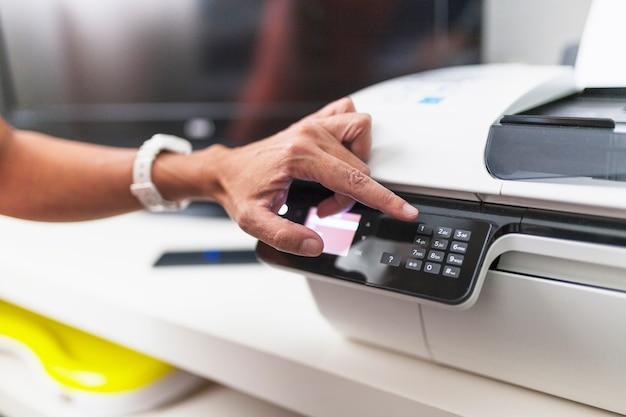 Przycinaj rękę za pomocą drukarki w biurze