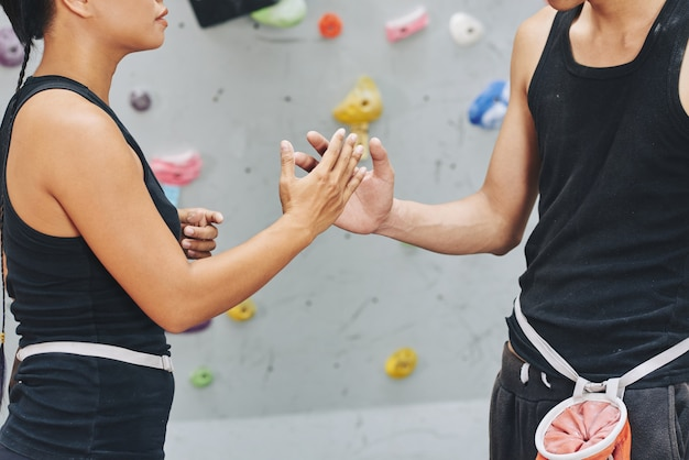 Przycinaj wspinaczy, uderzając rękami w duchu zespołu