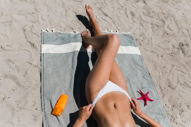 Przycinanie kobiety dostosowujące majtki bikini