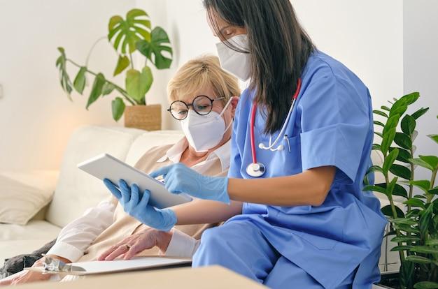 Przycinanie lekarza prowadzącego interakcję z pacjentem podczas korzystania z tabletu w domu