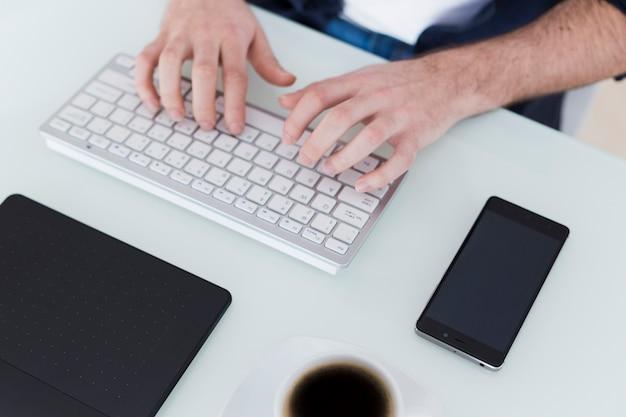 Przycinanie rąk za pomocą klawiatury komputera