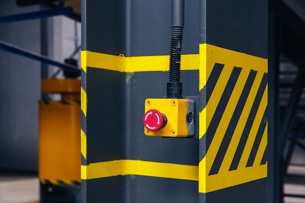 Przycisk awaryjny w zakładzie recyklingu odpadów przenośnika taśmowego, aby chronić wypadek i natychmiast zatrzymać maszynę.