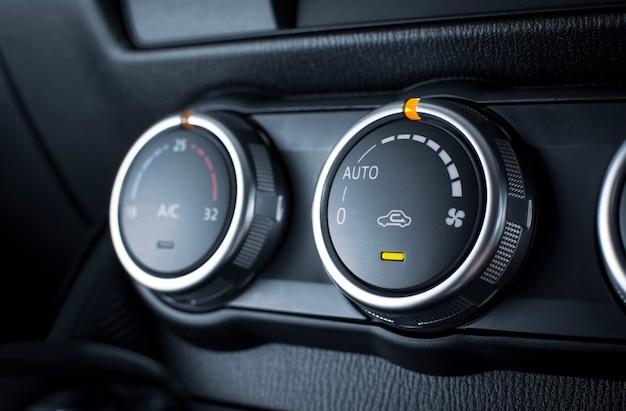 Przycisk klimatyzatora do regulacji prędkości przepływu powietrza w luksusowym samochodzie