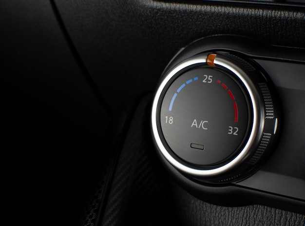 Przycisk klimatyzatora do regulacji temperatury w samochodzie.