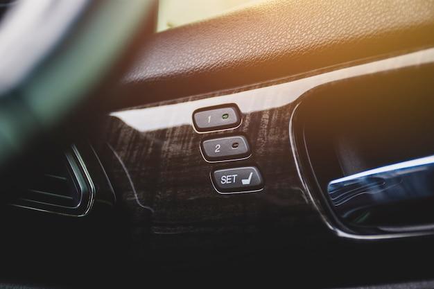 Przycisk pamięci fotela kierowcy z dwoma układami pamięci do szybkiej regulacji pochylenia w luksusowym samochodzie.