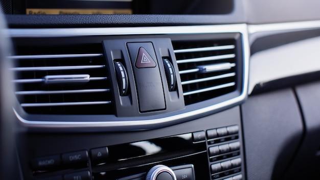 Przycisk świateł awaryjnych samochodu z bliska.