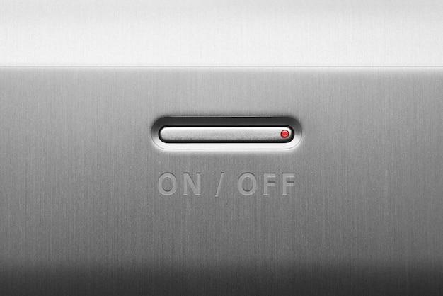 Przycisk włączania lub wyłączania na metalowym panelu. zbliżenie.