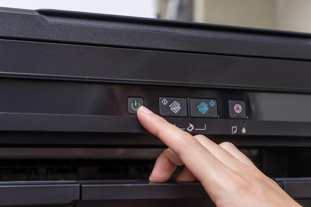 Przycisk włączania / wyłączania drukarki w górę