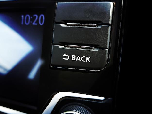 Przycisk wstecz na odtwarzaczu multimedialnym radioodtwarzacza w samochodzie.