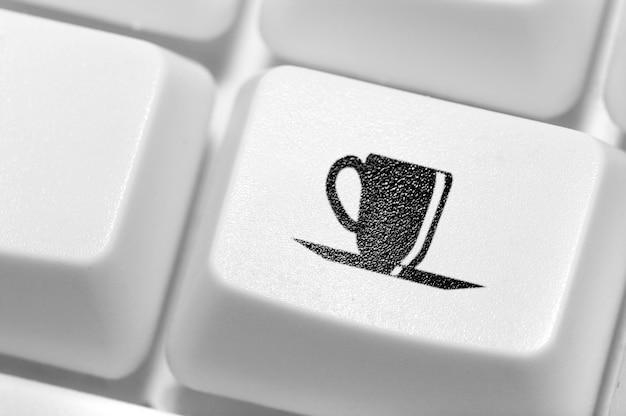 Przycisk z ikoną filiżanki kawy na klawiaturze. przerwa w pracy.