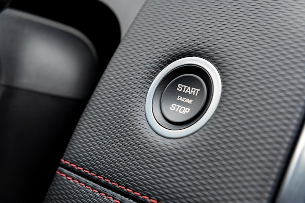 Przycisk zatrzymania rozruchu silnika w nowoczesnym samochodzie blisko
