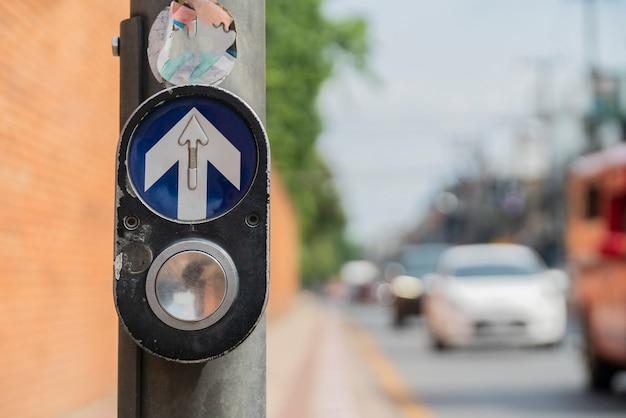Przycisk, zielone światło, czerwone światło zatrzymanie samochodu przejście dla pieszych.