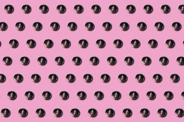 Przyciski do szycia wzór na różowym tle w stylu płaskiej świeckich. koncepcja mody, projektowania, prezentacji, banerów lub stron internetowych. widok z góry. zbliżenie