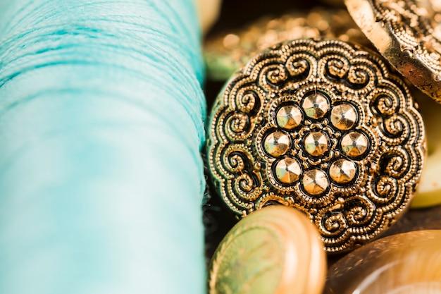 Przyciski do szycia ze szpulą nici