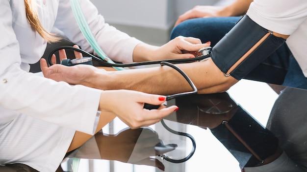 Przyciśnij medycznego ciśnienia pomiarowego do pacjenta