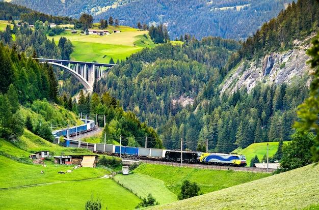 Przyczepy przejeżdżające przez alpy koleją na przełęczy brenner w austrii