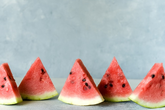 Przydatna jagoda do diety. słodki pyszny kawałek arbuza popsicles latem na jasnym tle rustykalnym. skopiuj miejsce dla projektanta