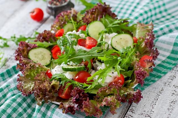 Przydatna sałatka dietetyczna z twarogiem, ziołami i warzywami