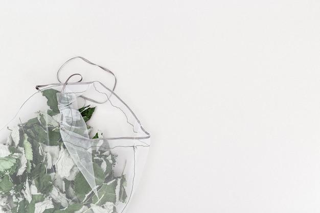 Przydatne aromatyczne zioła do parzenia herbaty ziołowej w ekologicznych torebkach