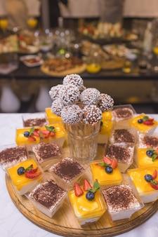Przydatne jedzenie: kulki serowe z krakersami, ziołami i pestkami dyni z bliska na talerzu. poziomy.