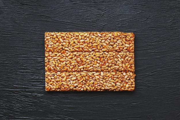 Przydatne przekąski. jedzenie dietetyczne. boletchik z nasion słonecznika kozinaki, batony energetyczne. widok z góry. skopiuj miejsce