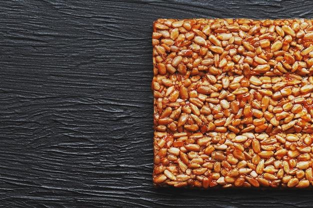 Przydatne przekąski. jedzenie dietetyczne. boletchik z nasion słonecznika kozinaki, batony energetyczne.