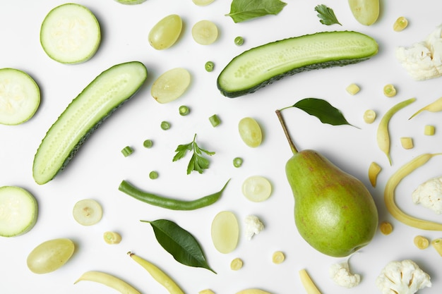 Przydatne zielone warzywa na białym stole i zdrowa żywność