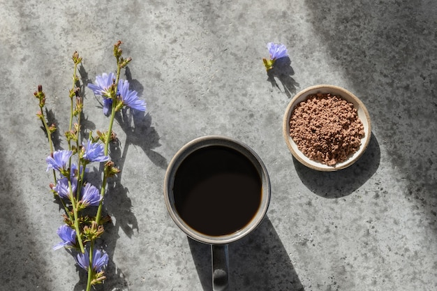 Przydatny napój z cykorii bez kofeiny z kwiatami i letnim cieniem. widok z góry.