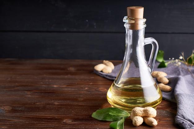 Przydatny olej arachidowy w szklanej butelce.