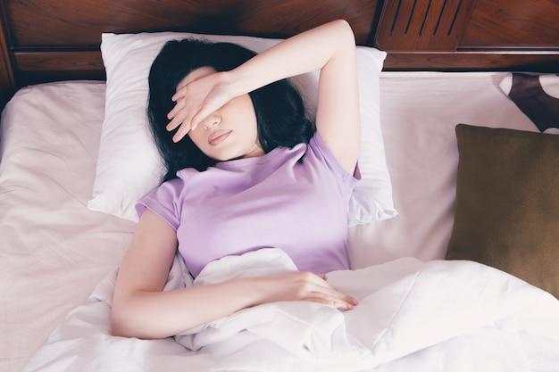 Przygnębiona kobieta nie może spać późno w nocy, zmęczona