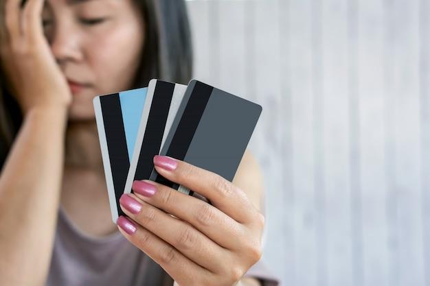 Przygnębiona kobieta ręka trzyma kartę kredytową