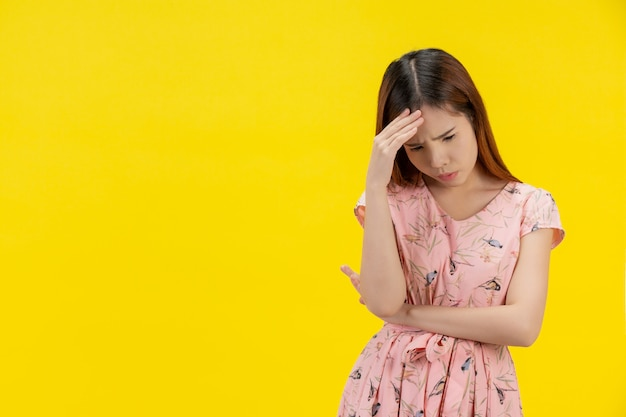 Przygnębiona nastoletnia dziewczyna pokazuje smutek i stres