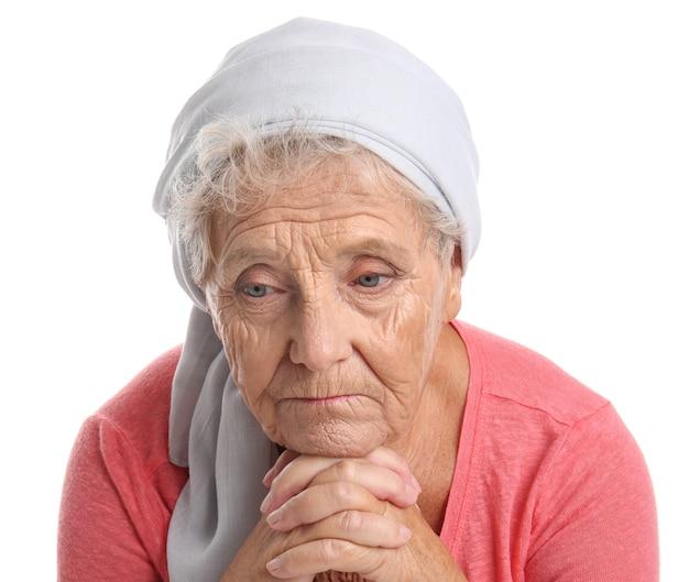 Przygnębiona starsza kobieta na białej powierzchni