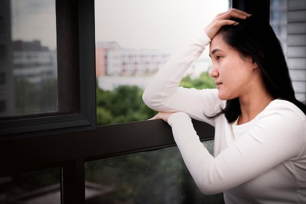 Przygnębione kobiety siedzi blisko okno, samotnego, smucenie, emocjonalny pojęcie