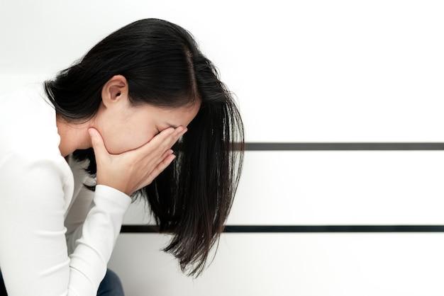 Przygnębione kobiety siedzi w kącie pokój, samotny, smucenie, emocjonalny pojęcie