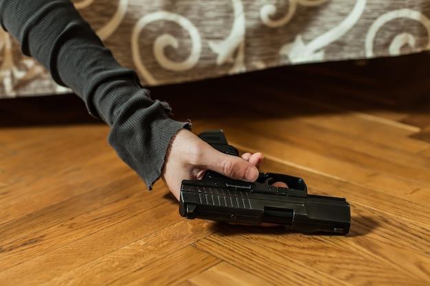 Przygnębiony mężczyzna popełnia samobójstwo strzałem z pistoletu.