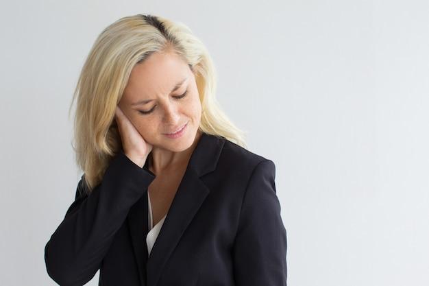 Przygnębiony młody biznesmen nacierania głowy