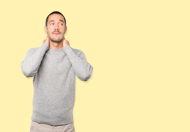 Przygnębiony młody człowiek robi gest stresu